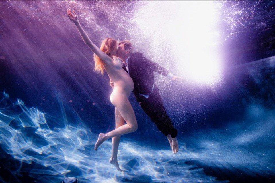 Топлес под водой: номинант на Оскар устроил откровенную фотосессию для беременной жены - фото 153638