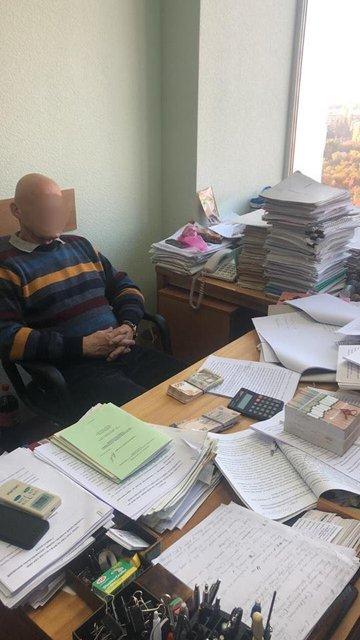 В Киеве задержали чиновника, требовавшего за экспертизу асфальта 650 тысяч гривен - фото 153742