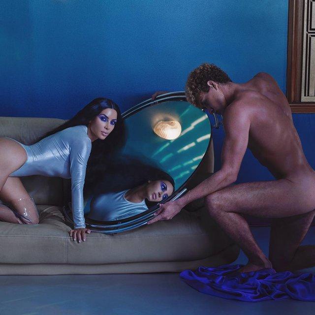 Ким Кардашьян позировала голой на кровати - фото 153928