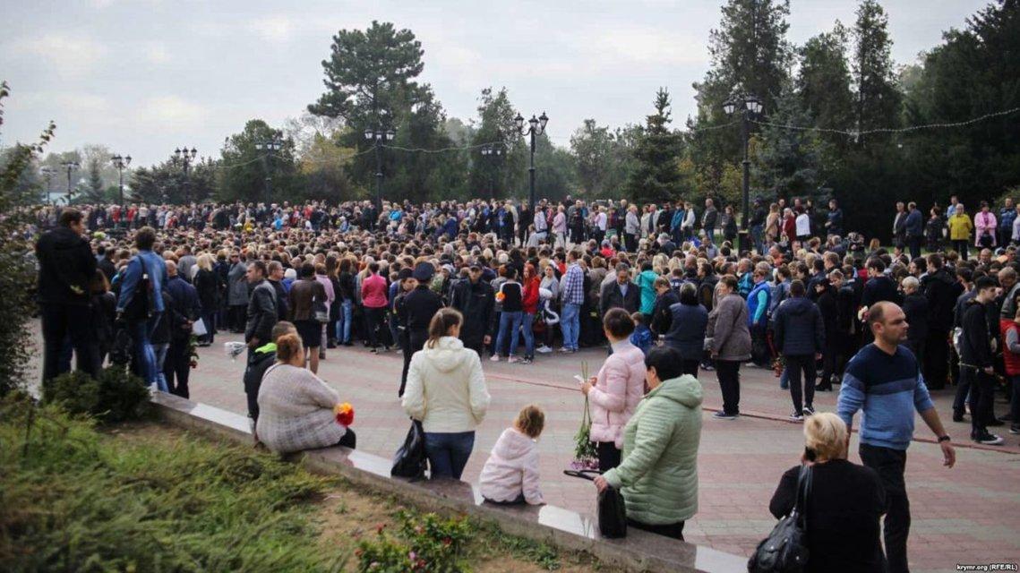 Проститься с погибшими пришли несколько тысяч людей - фото 154063