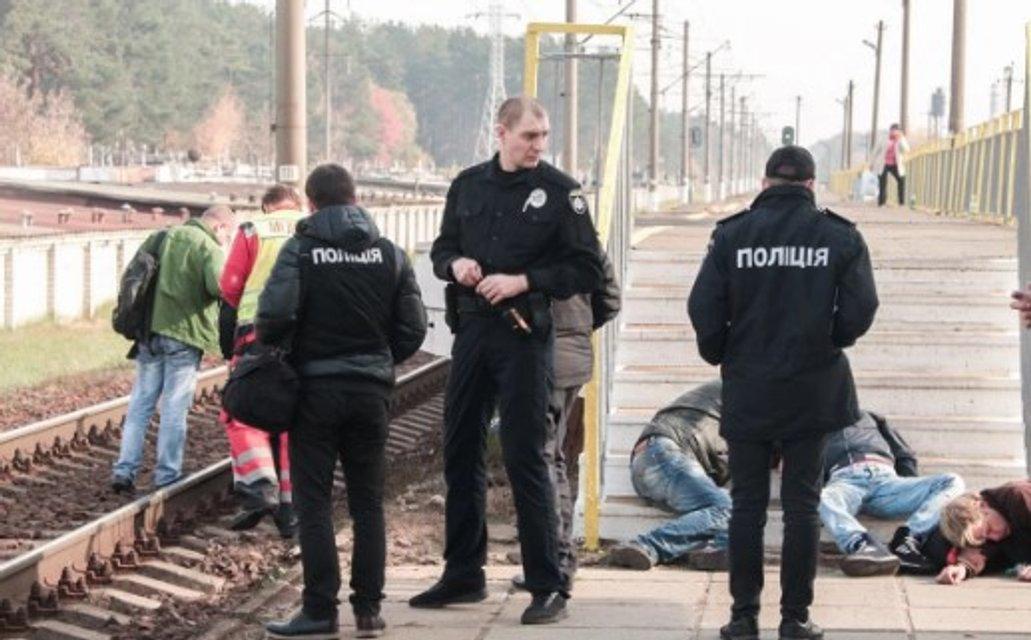 Пили на рельсах: в Киеве поезд 'Интерсити' насмерть сбил мужчину (ФОТО 18+) - фото 154181