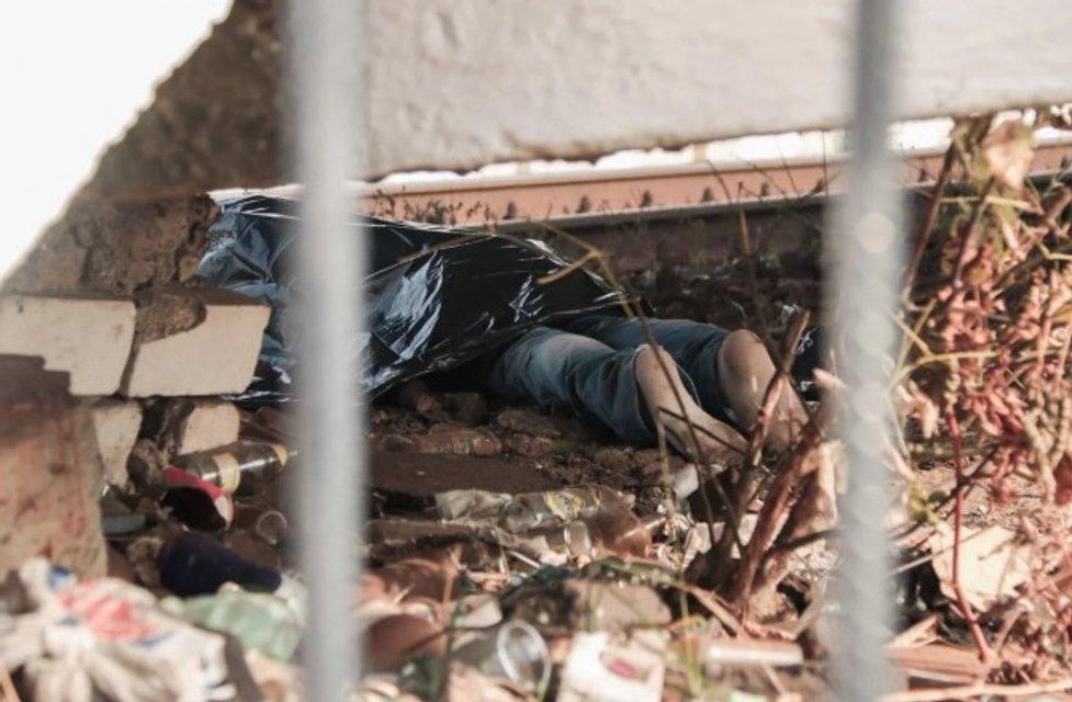 Пили на рельсах: в Киеве поезд 'Интерсити' насмерть сбил мужчину (ФОТО 18+) - фото 154182