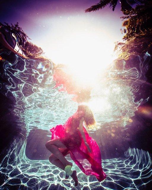 Обнаженная под водой: звезда 'Дэдпула' устроил беременной жене яркую фотосессию - фото 154613