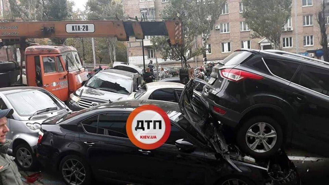 В центре Киева строительный кран снес больше 10 машин (ФОТО) - фото 154633