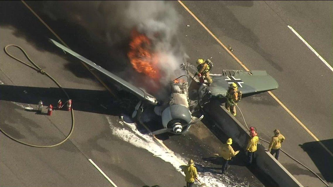 В Калифорнии на оживленное шоссе упал истребитель Luftwaffe (ФОТО) - фото 154885