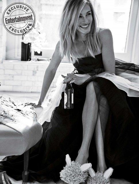 В вечернем платье с пивом в руках: Джулия Робертс снялась в яркой фотосесии - фото 155533