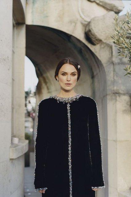 Кира Найтли в элегантном образе украсила обложку глянца - фото 156262