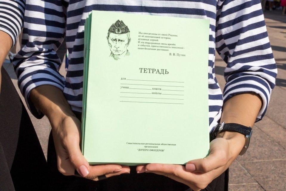 Известный дизайнер выпустил ограниченную линию одежды с портретом Путина - фото 156309