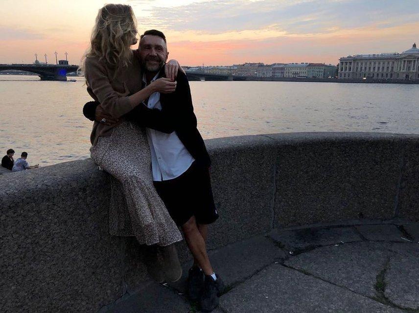 Лечилась от зависимости: друг Сергея Шнурова рассказал о его новой супруге - фото 156482