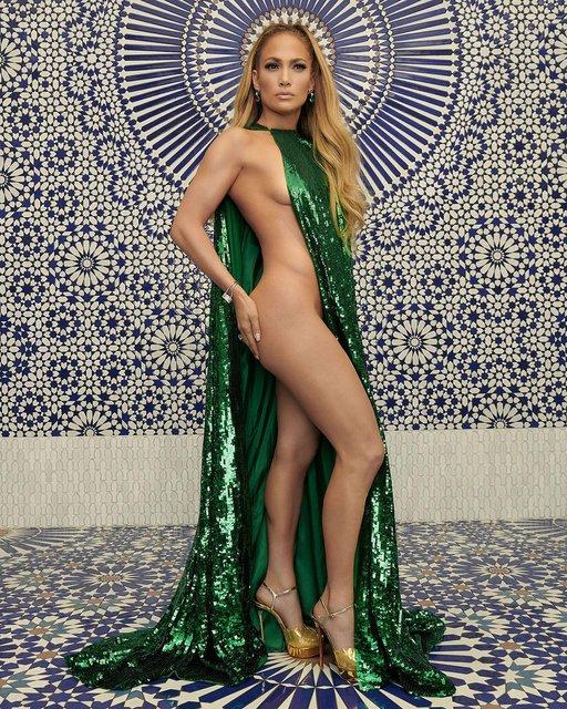 Прикрылась накидкой: голая Дженнифер Лопес позировала в новой фотосессии - фото 156516