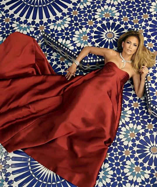 Прикрылась накидкой: голая Дженнифер Лопес позировала в новой фотосессии - фото 156518