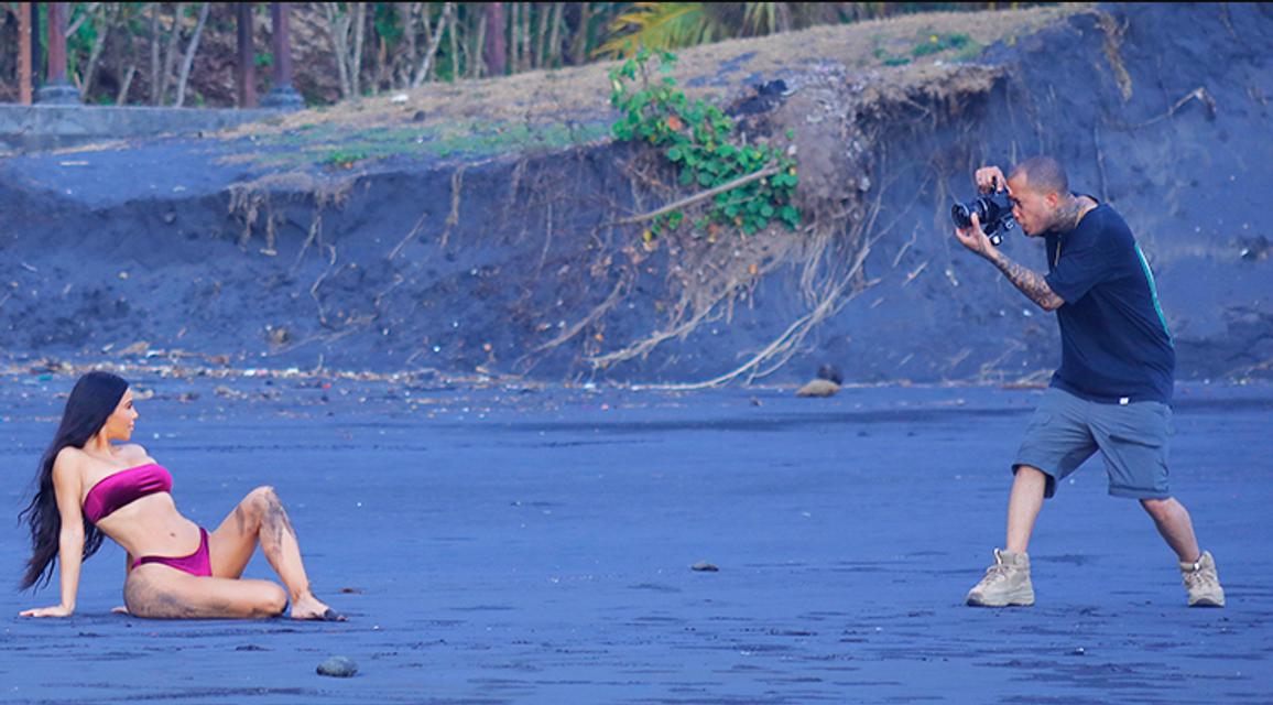 Ким Кардашьян в бархатном бикини устроила фотосессию на вулканическом пляже - фото 156717