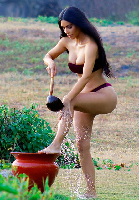 Ким Кардашьян в бархатном бикини устроила фотосессию на вулканическом пляже - фото 156718