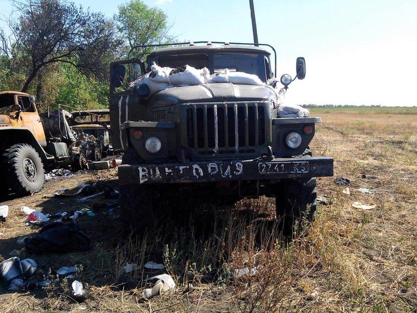 Обгоревшая техника и убитые воины: волонтер опубликовал жуткие кадры из Иловайска (ВИДЕО) - фото 156909