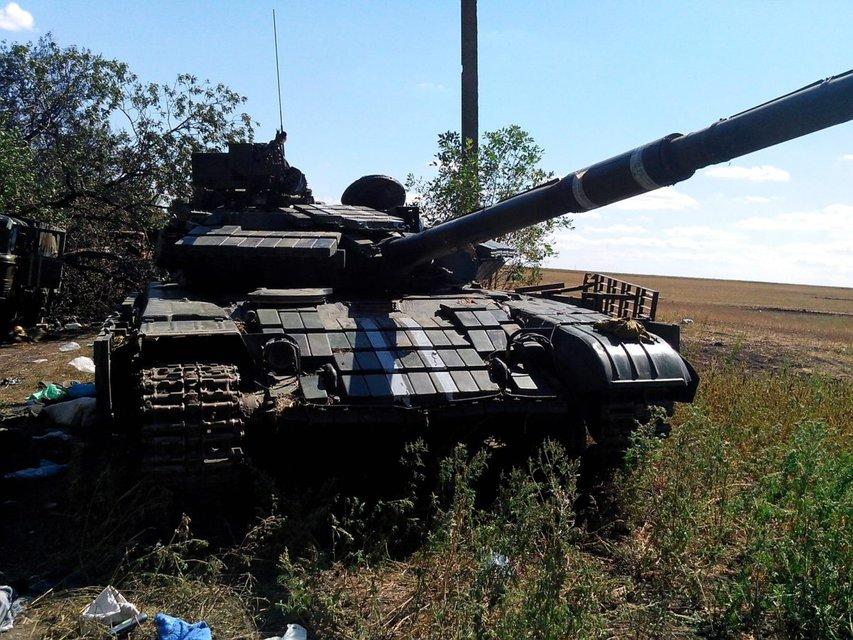 Обгоревшая техника и убитые воины: волонтер опубликовал жуткие кадры из Иловайска (ВИДЕО) - фото 156910