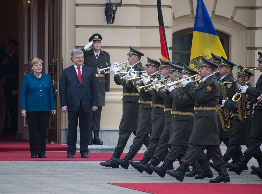 Гостья из будущего прошлого: Зачем Ангела Меркель гостила в Украине - фото 156915