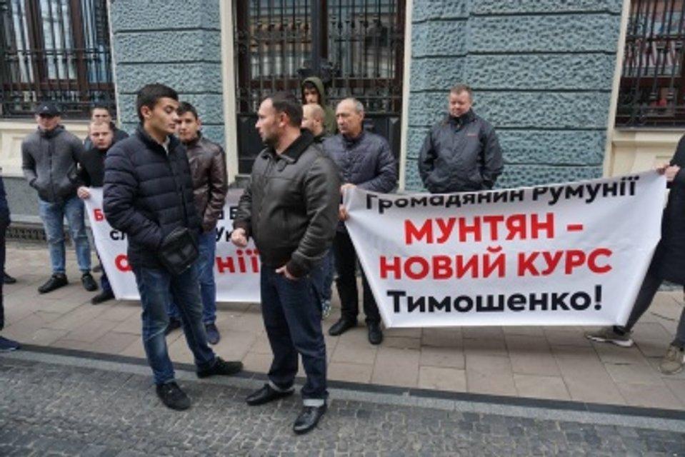 В Черновцах депутаты напали на устроивших пикет против Тимошенко (ВИДЕО) - фото 157058