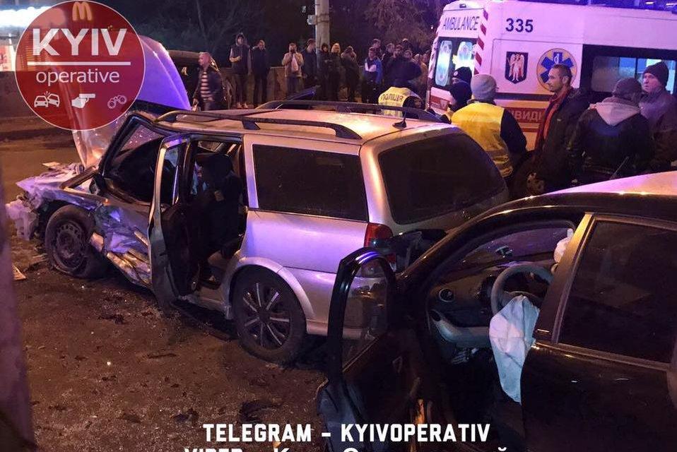 В Киеве из-за тройного ДТП перекрыли Шулявский мост, есть пострадавшие - фото 157114