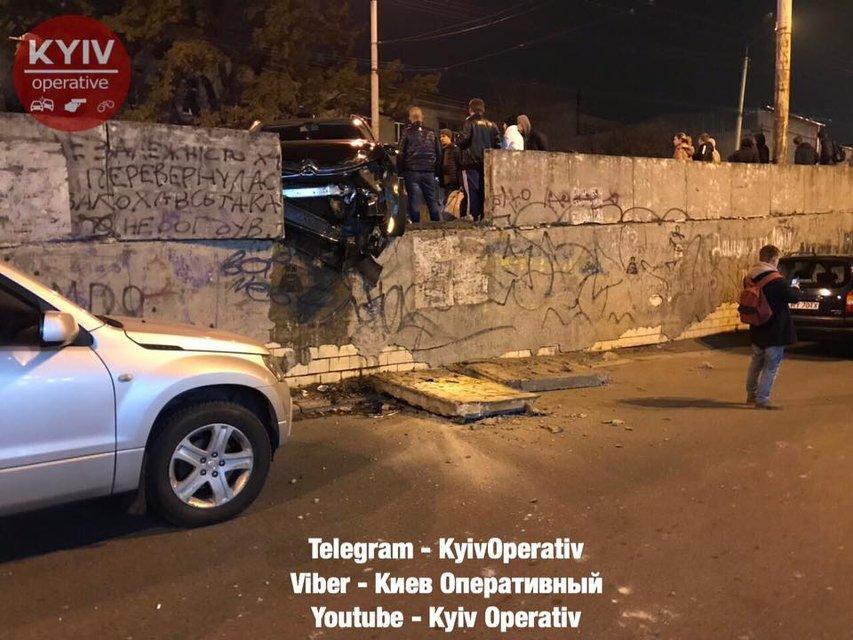 В Киеве из-за тройного ДТП перекрыли Шулявский мост, есть пострадавшие - фото 157115