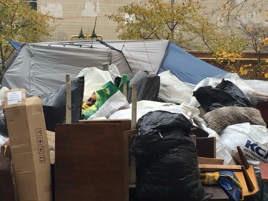 Живут в палатках: в Киеве коллекторы выбросили людей из их же квартиры - фото 157230