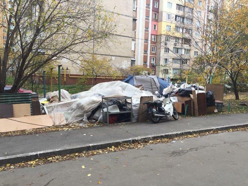 Живут в палатках: в Киеве коллекторы выбросили людей из их же квартиры - фото 157231