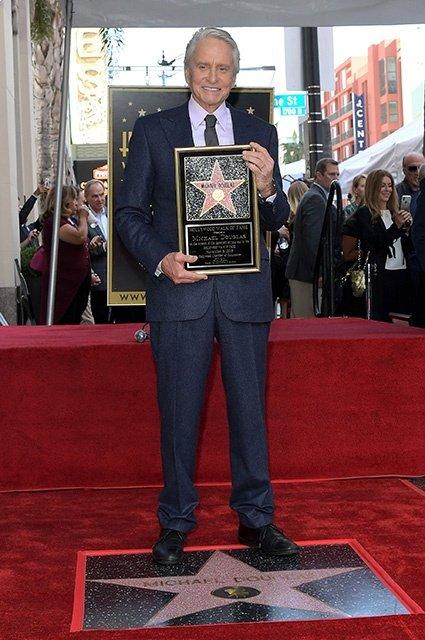 74-летний Майкл Дуглас получил звезду на Аллее славы - фото 157680
