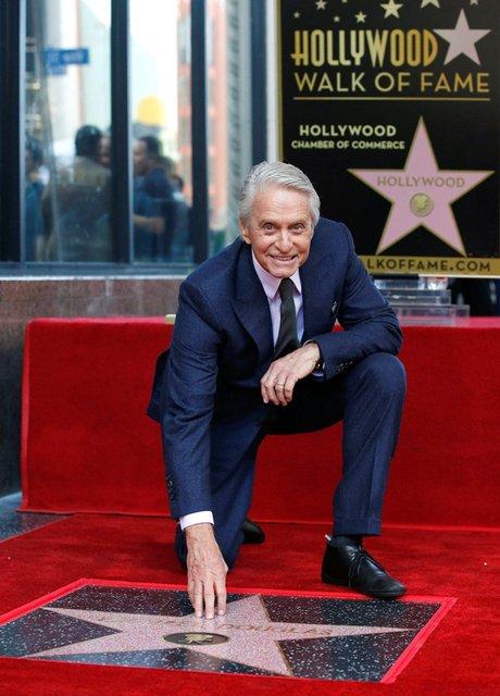 74-летний Майкл Дуглас получил звезду на Аллее славы - фото 157683