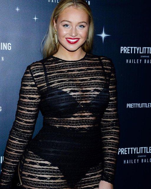 Известная plus-size модель продемонстрировала пышные формы в прозрачном платье - фото 157827