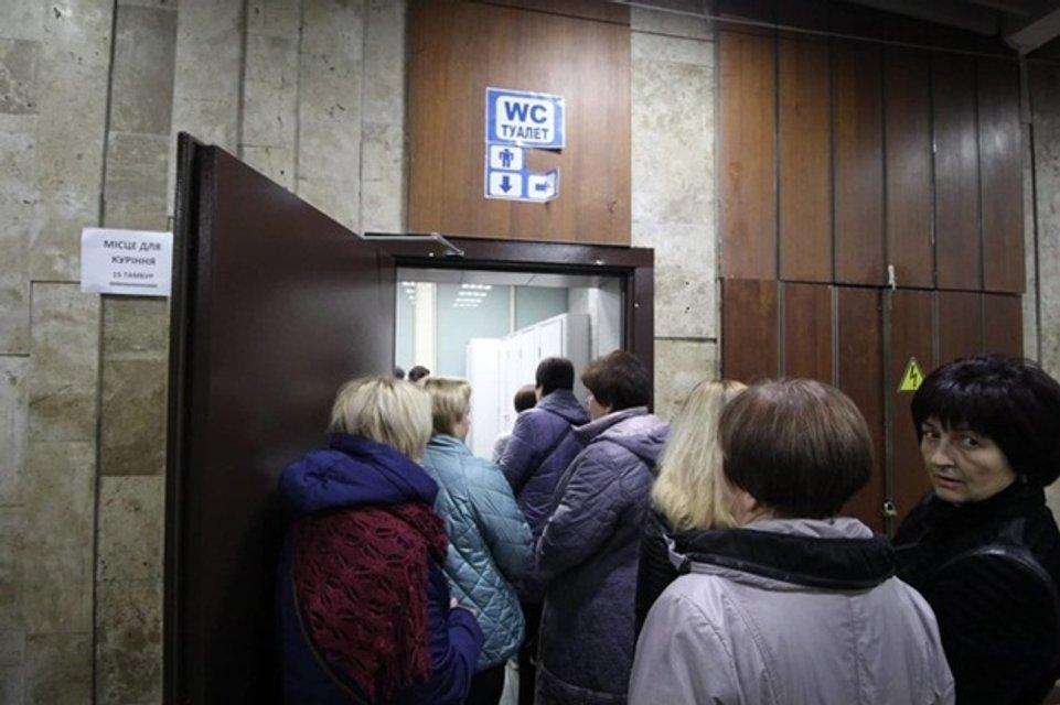 Винник в Киеве: на концерте женщины захватили мужские туалеты и устроили потасовку - фото 158056