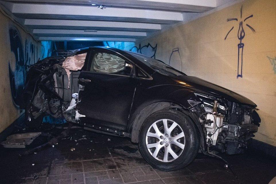 В Киеве возле Минобороны авто снесло остановку и влетело в подземный переход - фото 158455