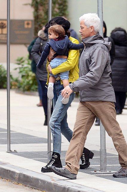 Амаль Клуни попала в объективы фотографов вместе с годовалым сыном - фото 158761