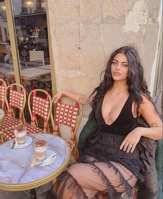 Разрез до пупка: модель не пустили в Лувр из-за откровенного платья - фото 158868