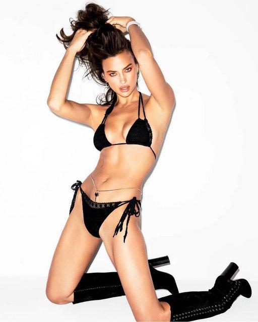В бикини и высоких сапогах: Ирина Шейк удивила новой фотосессией - фото 158877