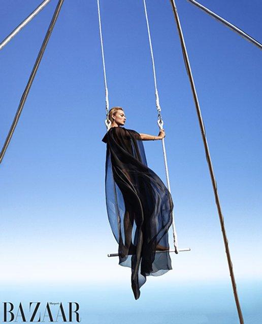 Марго Робби восхитила новой фотосессией в воздухе - фото 158924