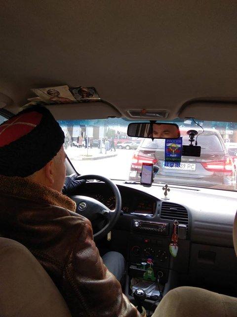 В ожидании своих: по Днепру катается таксист в кубанке и с флагом России (ФОТО) - фото 159604