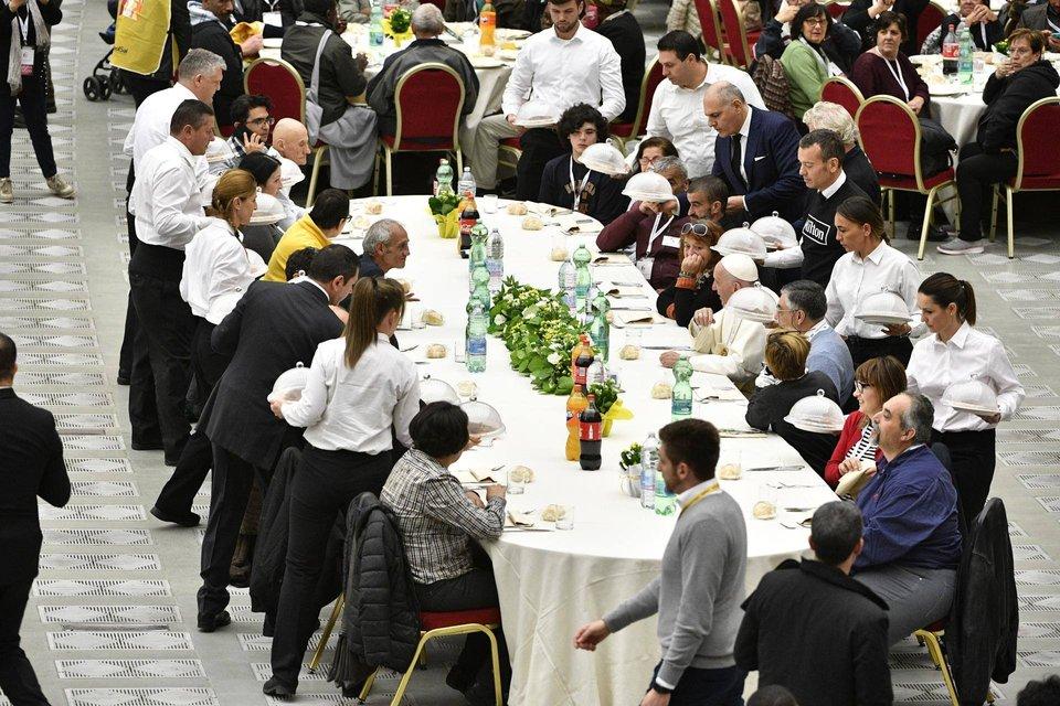 Папа Римский пообедал с тысячами бедных людей в Ватикане - фото 159804