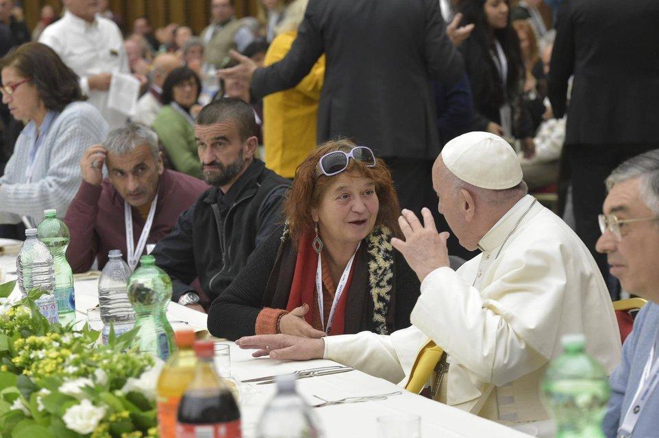 Папа Римский пообедал с тысячами бедных людей в Ватикане - фото 159805