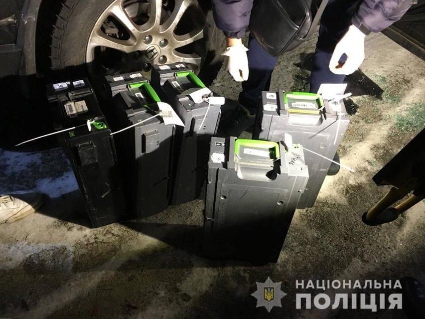 Банковские кассетах, которые злоумышленники похитили у инкассаторов - фото 159912