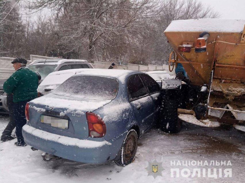 Посыпал дорогу: под Харьковом трактор разнес восемь машин (ФОТО) - фото 160349
