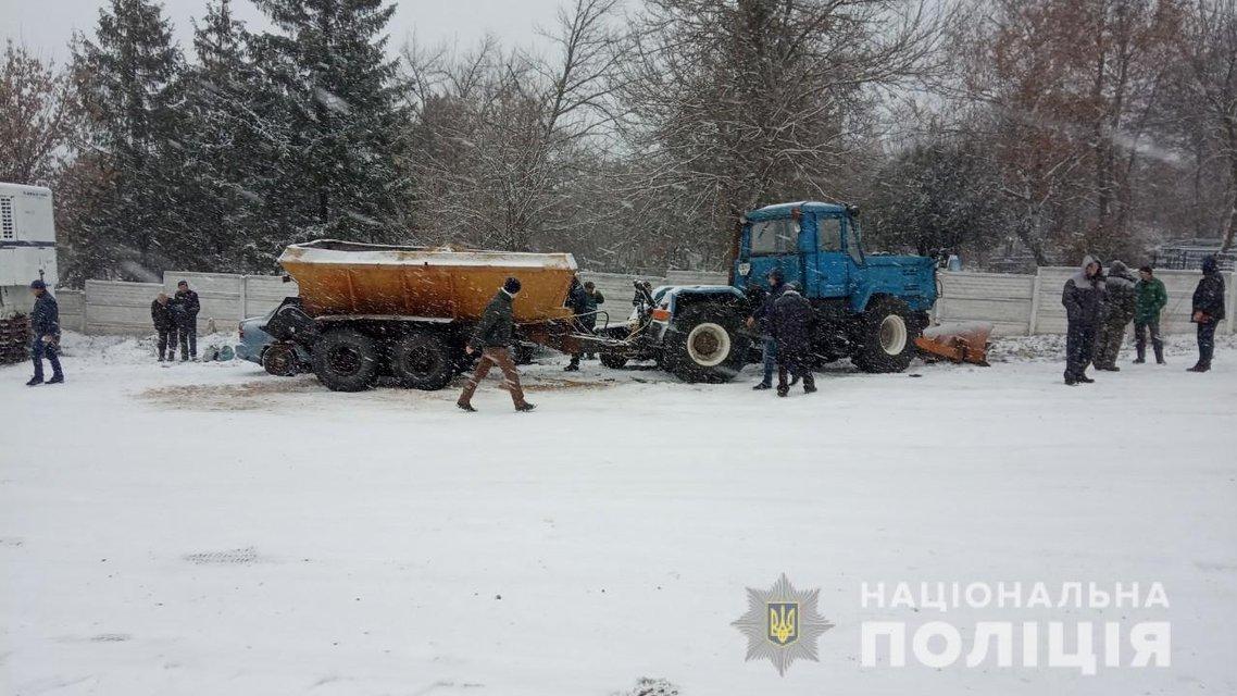 Посыпал дорогу: под Харьковом трактор разнес восемь машин (ФОТО) - фото 160350
