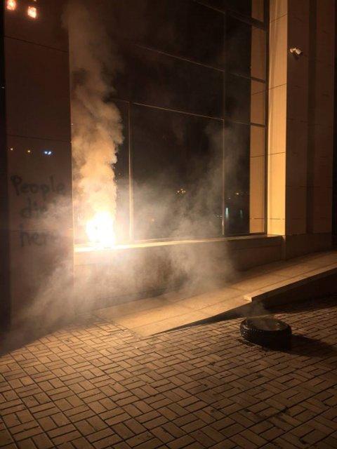 Активисты устроили протест и разрисовали новый Дом профсоюзов - фото 160630