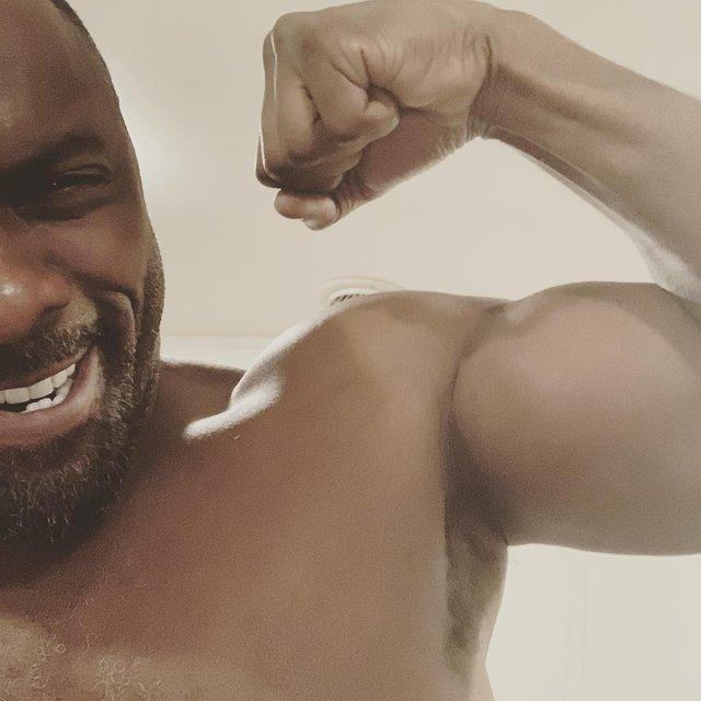 Самый сексуальный мужчина Земли усердно качается, чтобы конкурировать с Дуэйном Джонсоном - фото 160751