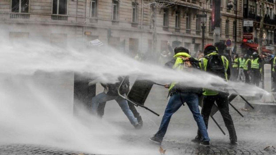Протесты желтых жилетов: полицейские в отместку за своих применили газ и водяную пушку - фото 161188