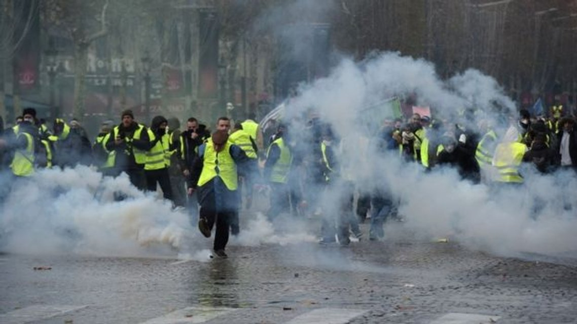 Протесты желтых жилетов: полицейские в отместку за своих применили газ и водяную пушку - фото 161189