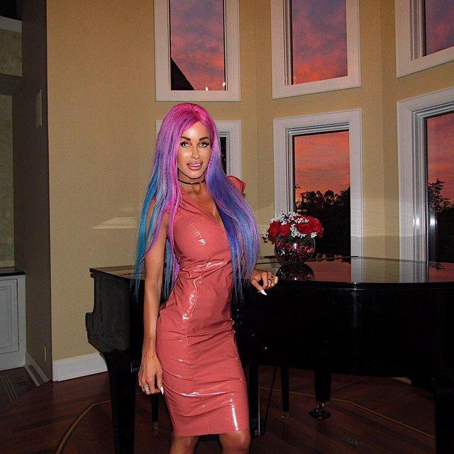 'Живая Барби' стала девушкой года по весии Playboy - фото 161965