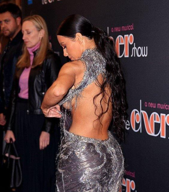 Ким Кардашьян не смогла удержать грудь в узде и опозорилась - фото 162813