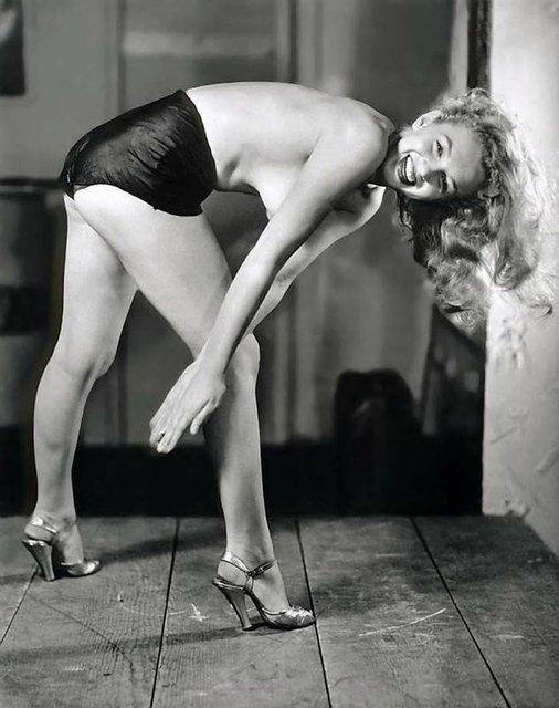 Позировала без белья: опубликованы архивные фото Мэрилин Монро - фото 164124