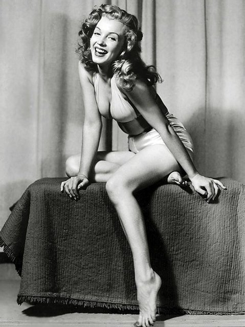 Позировала без белья: опубликованы архивные фото Мэрилин Монро - фото 164130