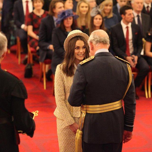Кира Найтли получила почетный орден из рук принца Чарльза - фото 164596