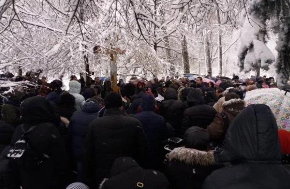 На месте сбора титушек: сектанты УПЦ МП решили не вставать с колен под Верховной Радой - фото 164608